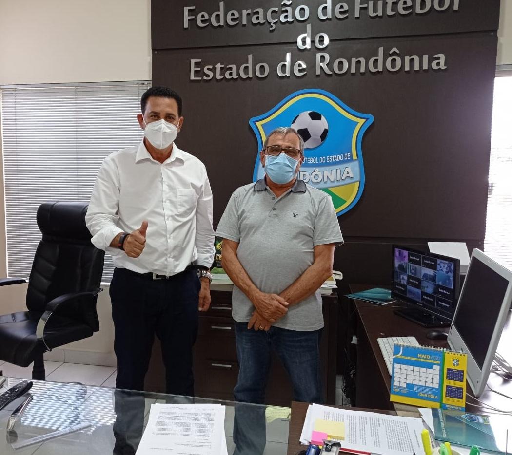 Prefeito de Rolim de Moura, Aldo Julio, com o presidente da FFER Heitor Costa                        (Foto: Assessoria FFER)